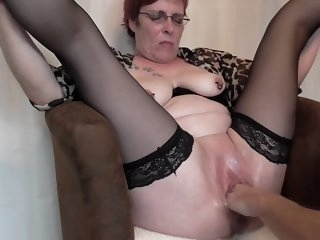 Mature squirting fisting..