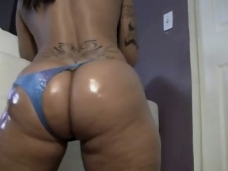 Big  Booty Latina Shakes Ass..